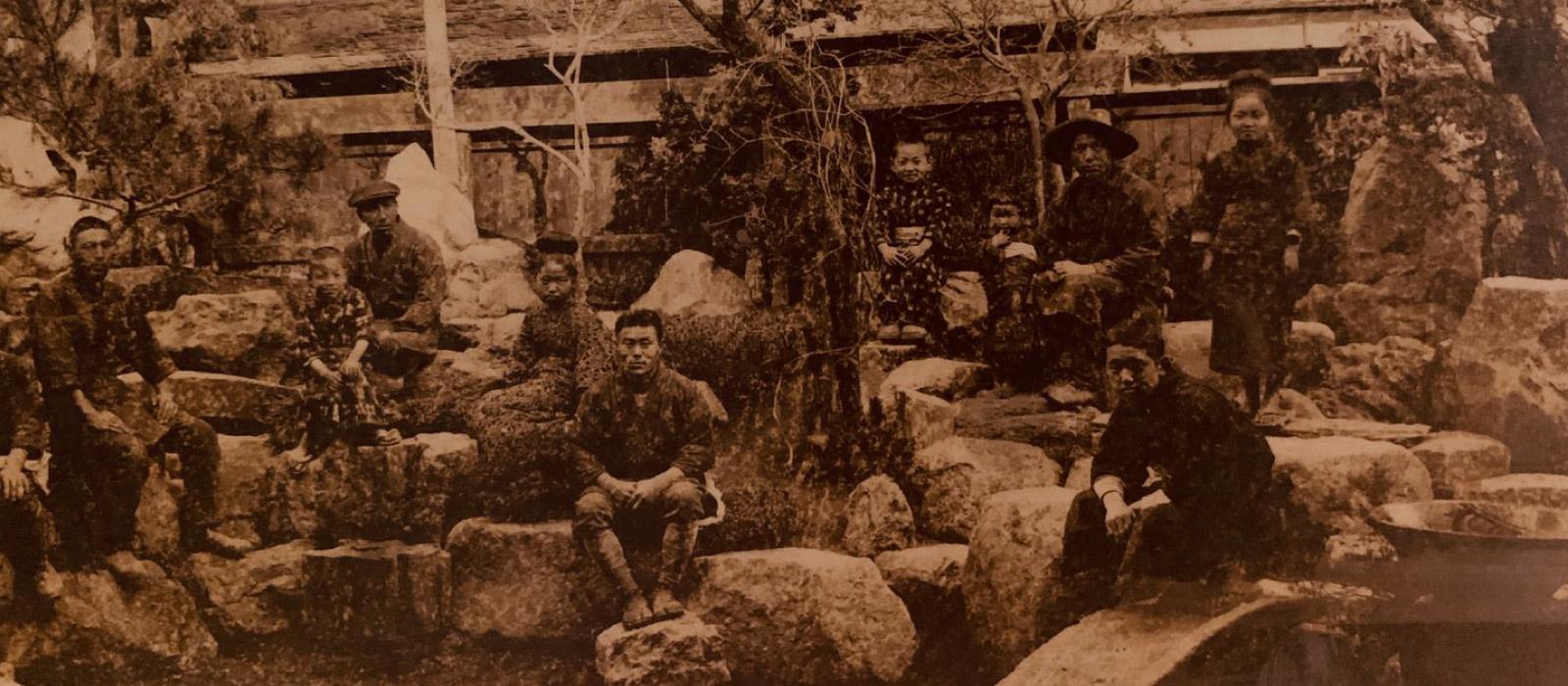明治後期の中庭での写真